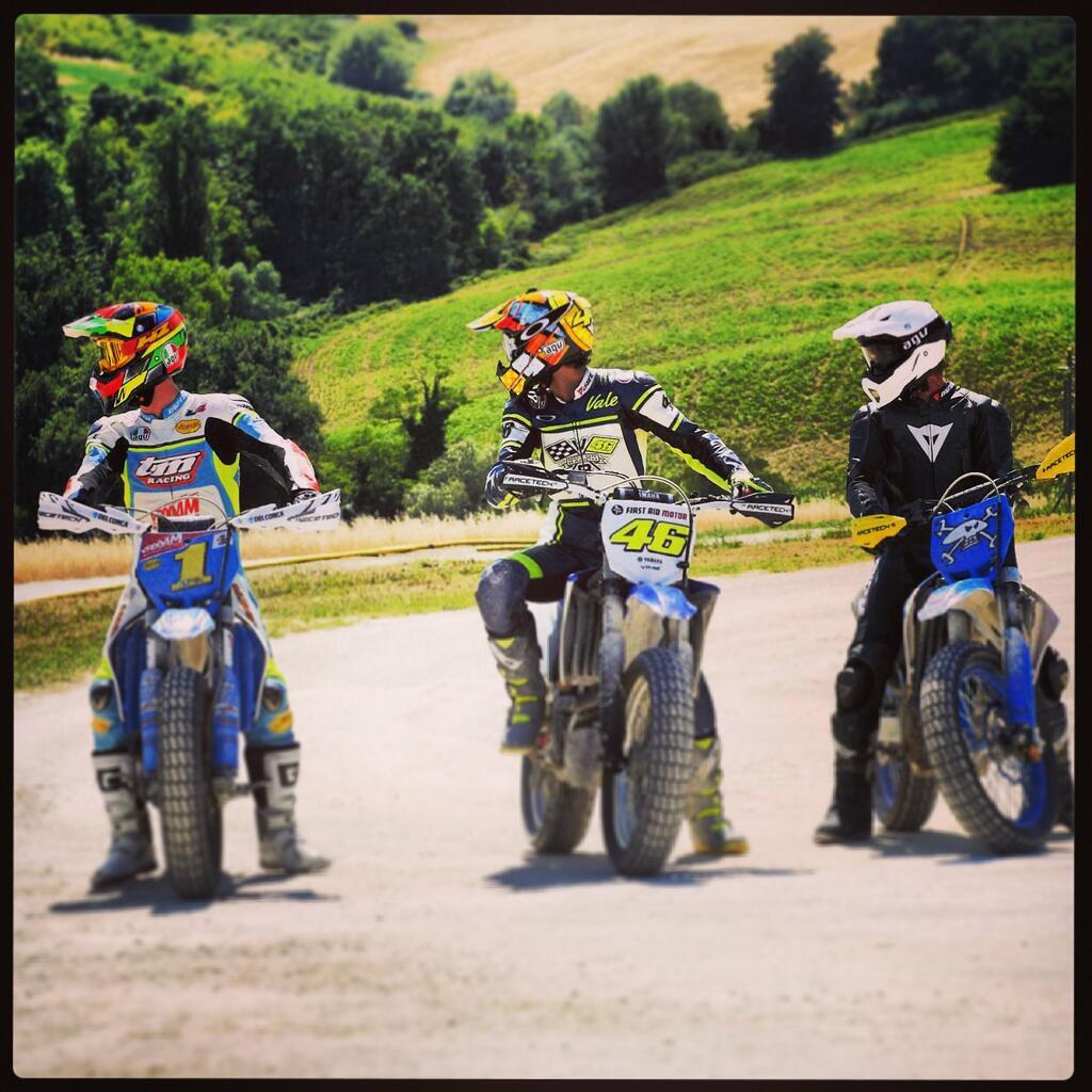 De gauche à droite, Thomas Chareyre, Valentino Rossi et Guy Martin