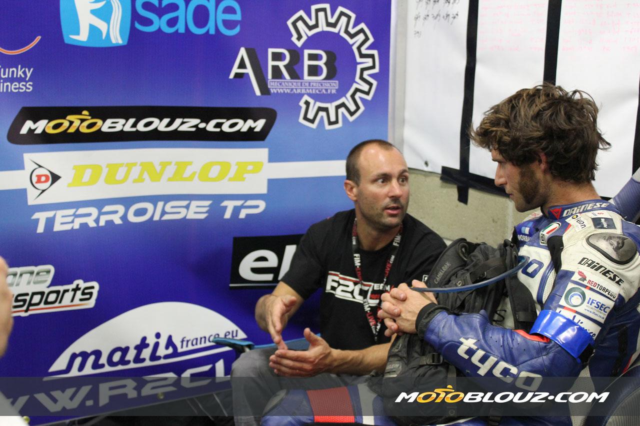 Guy Martin écoute Amaury avant le dernier relais