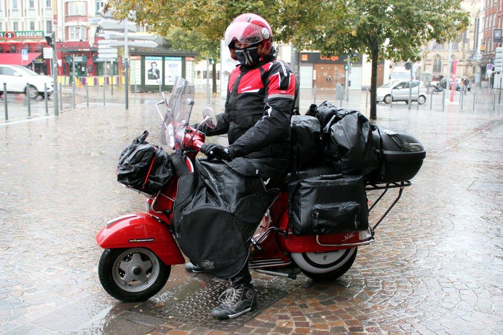 Didier Vacher au guidon de son LML Star 125, sous la pluie lilloise