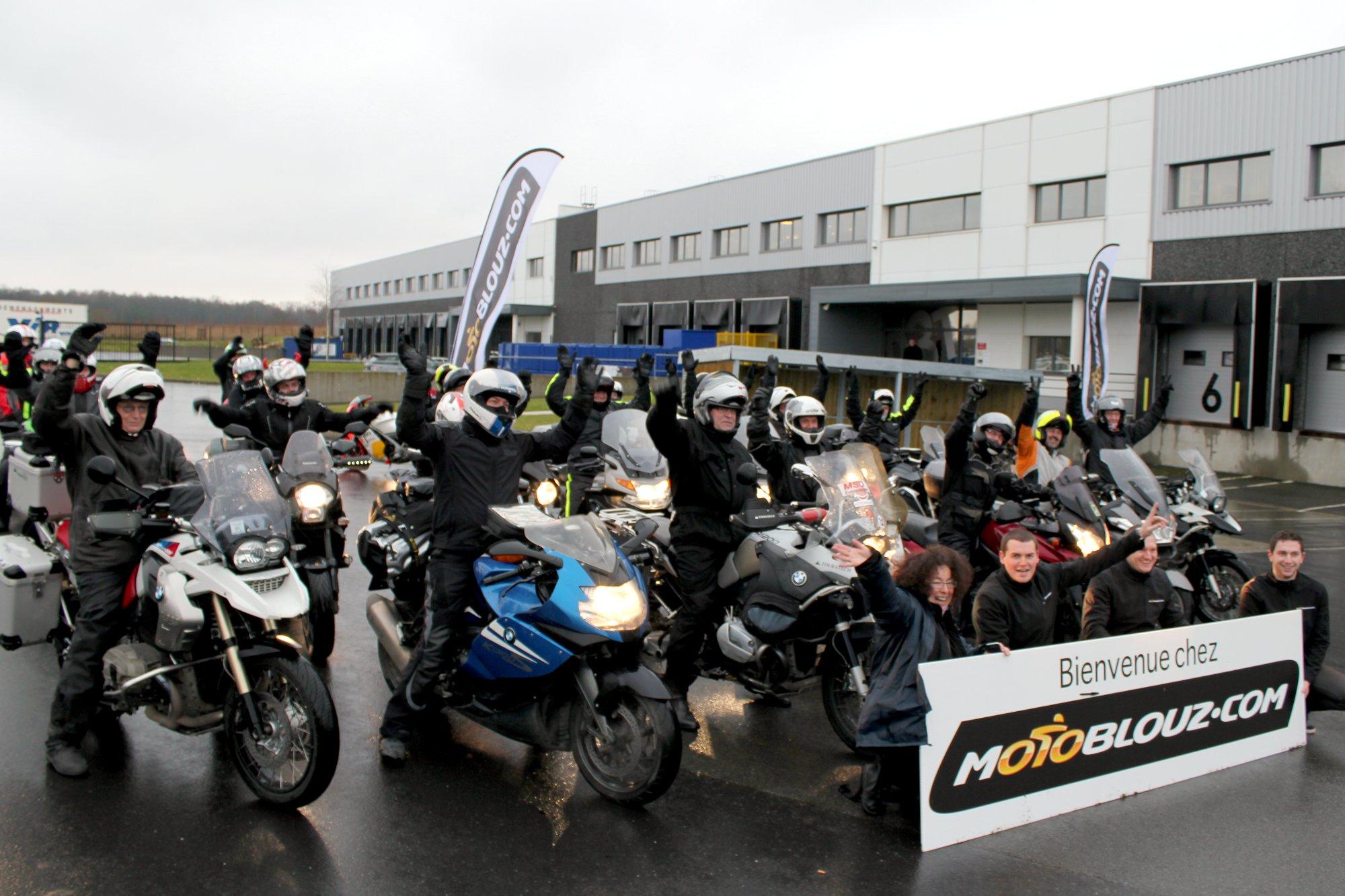 Top départ ! Réchauffés, les participants de l'Hivernale Moto Journal 2014 entament leur périple