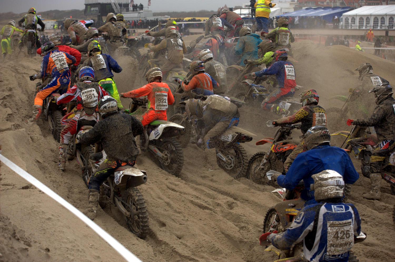 Premiers bouchons, les motos s'embourbent, le sable mouillé colle partout, le froid paralyse les mains...