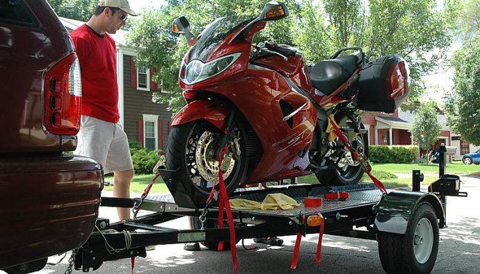 Transporter sa moto sur une remorque, les bons conseils !