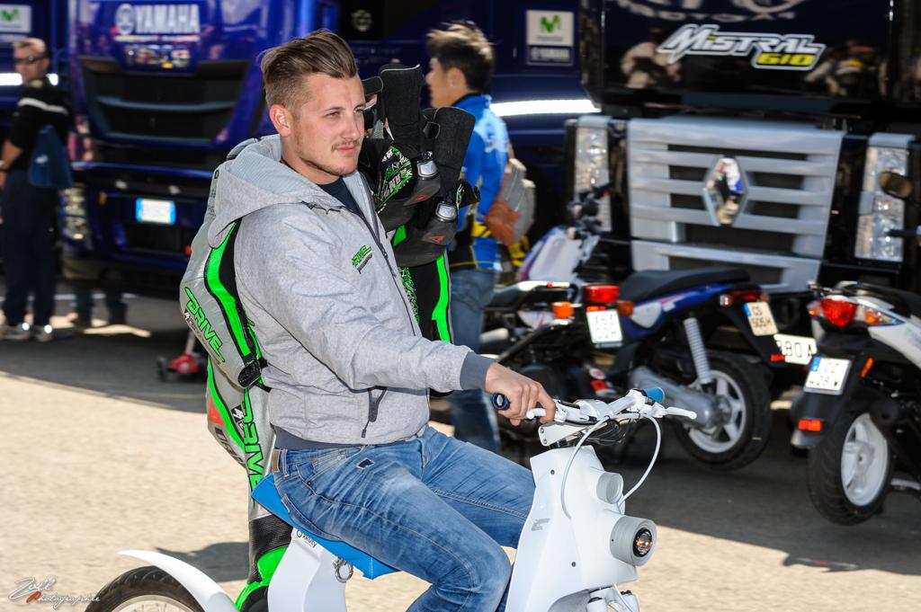 Un opérateur transporte la combi et les bottes de Nicky Hayden