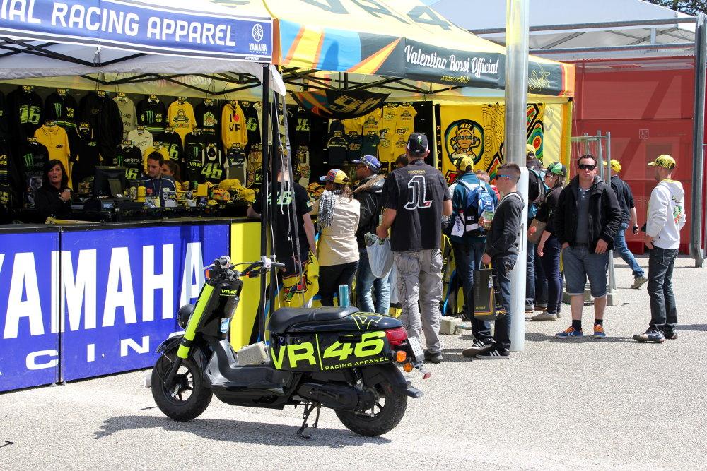 Les boutiques VR|46 sont omniprésentes dans le village moto