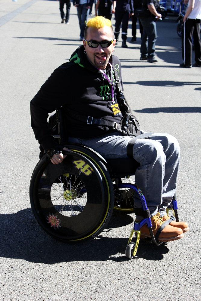 Stéphane, gran fan de Rossi, attend son idole au coin du paddock