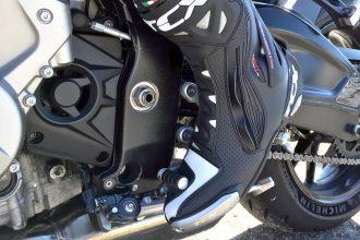 Passer les vitesses sans embrayage à moto