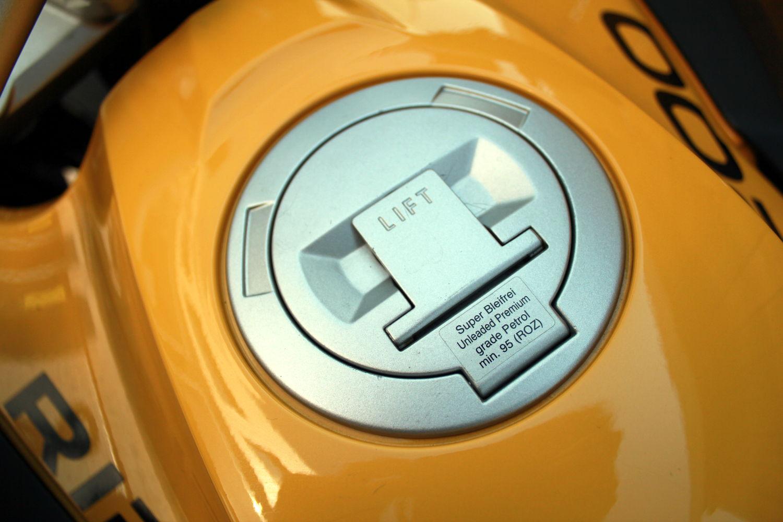 La trappe à essence de la BMW R 1200 GS telle qu'elle est montée d'origine