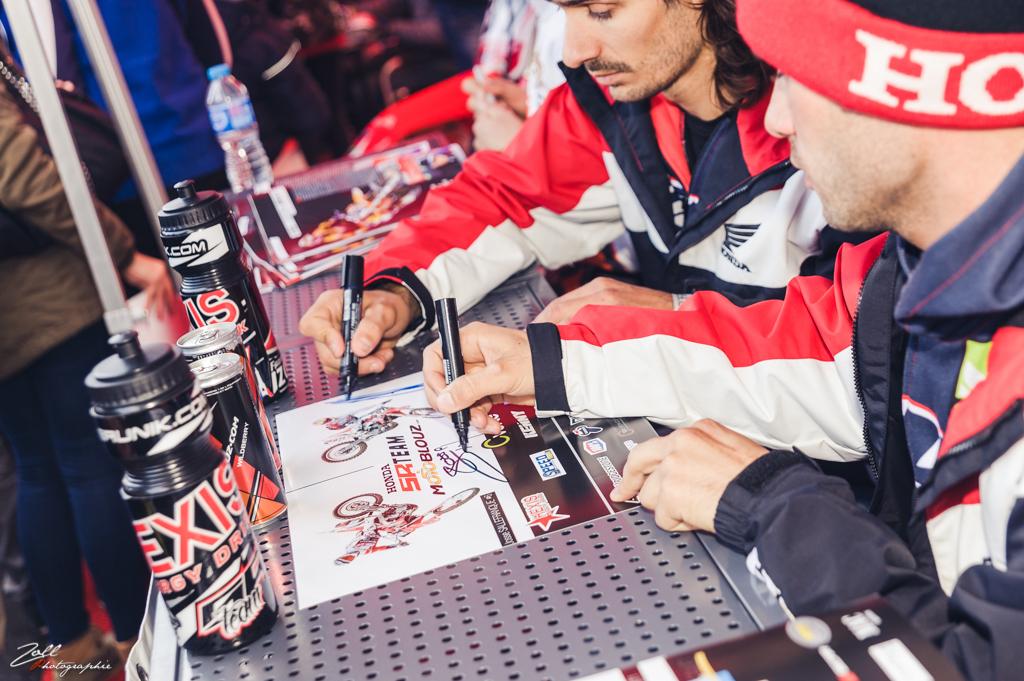 Les pilotes du team SR Motoblouz ont signé des autographes sur notre stand, dans le paddock extérieur