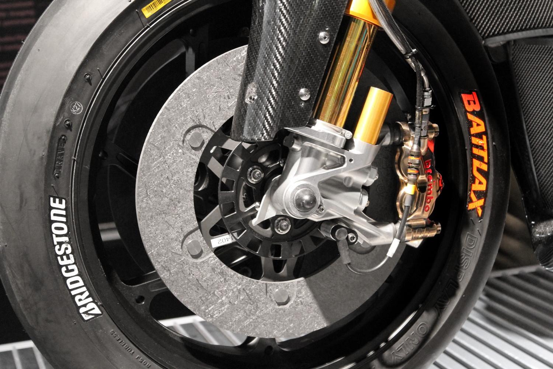 Détail d'un disque de frein avant en carbone
