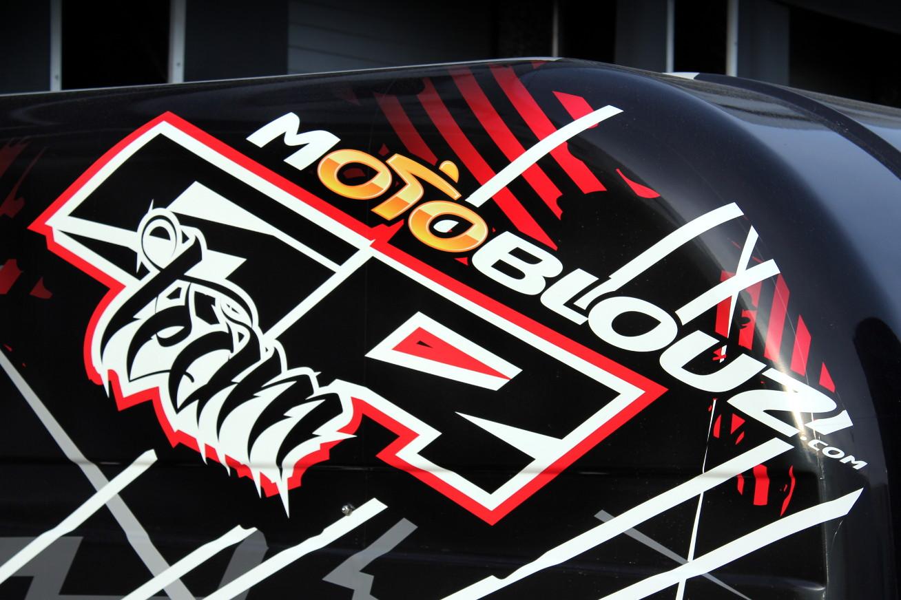 Le logo du team SR Motoblouz sur le fourgon du team