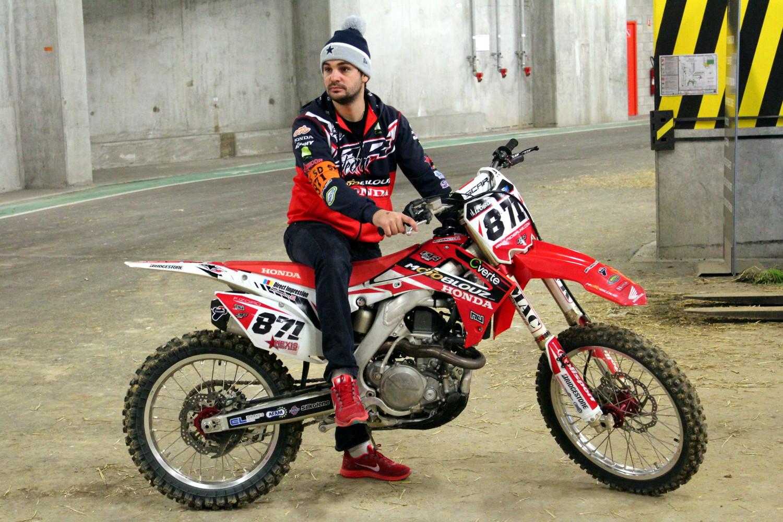 Un technicien du Team SR Motoblouz fait chauffer la moto de Fabien le temps que les essais SX2 se terminent.