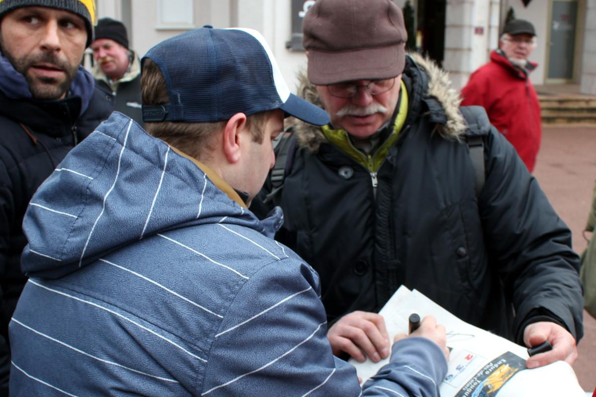 Un autre participant de l'enduro Vintage demande à Arnaud de signer son dossard