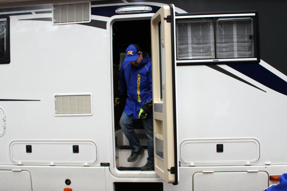 Visite improvisée d'un camping car sur le paddock
