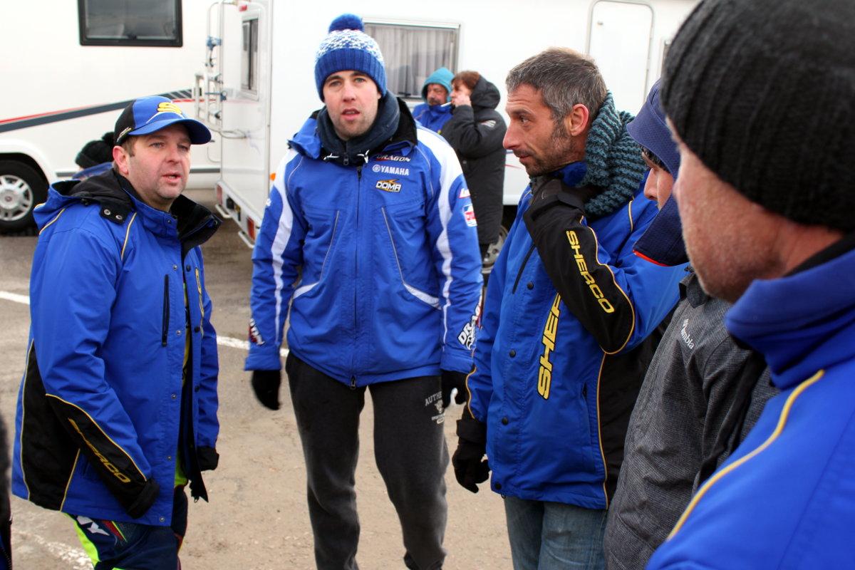 Une partie du team Sherco débriefe après la course