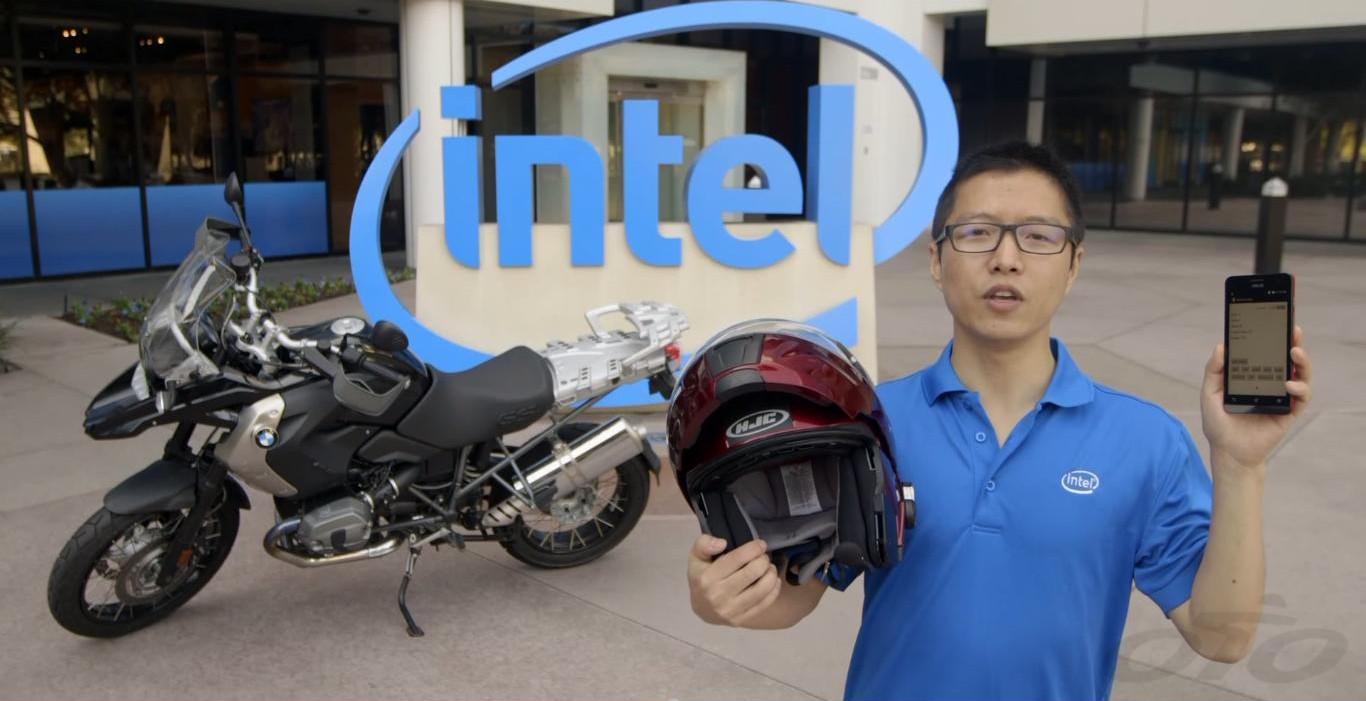 Les protagonistes : la moto, le casque Intellisé et le smartphone !