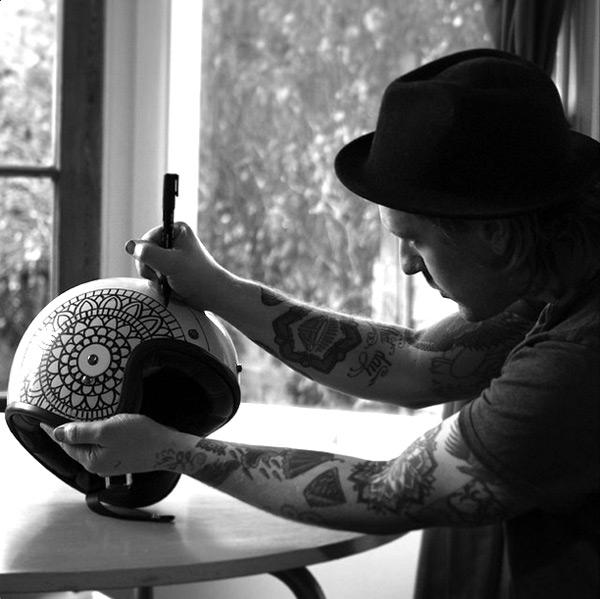 Tom Gilmour, l'un des artistes engagés, à l'œuvre sur un Bell Custom 500