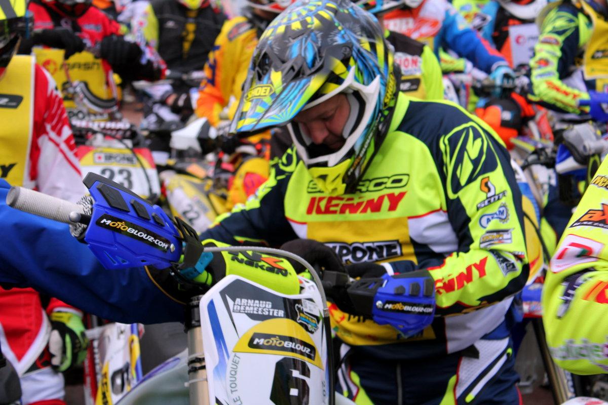 Arnaud s'installe sur la moto au parc moto