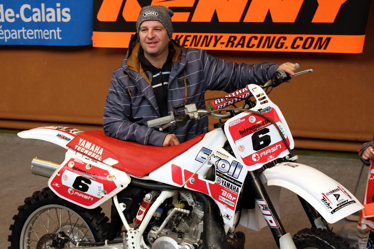 Arnaud pose à côté de sa Yamaha YZ 250 de 1988 pendant les vérifications Vintage