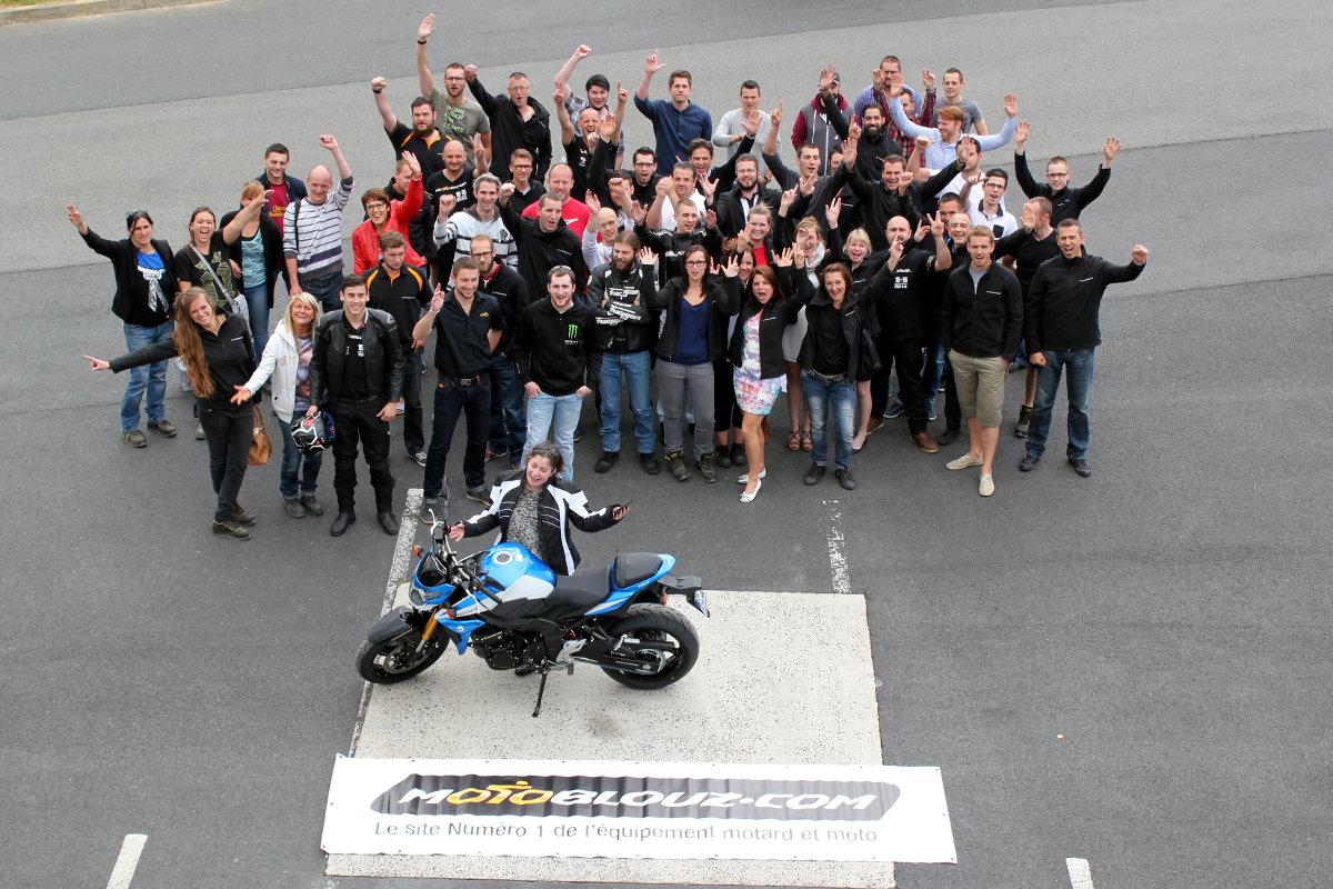 Toute l'équipe Motoblouz s'est réunie pour féliciter la gagnante