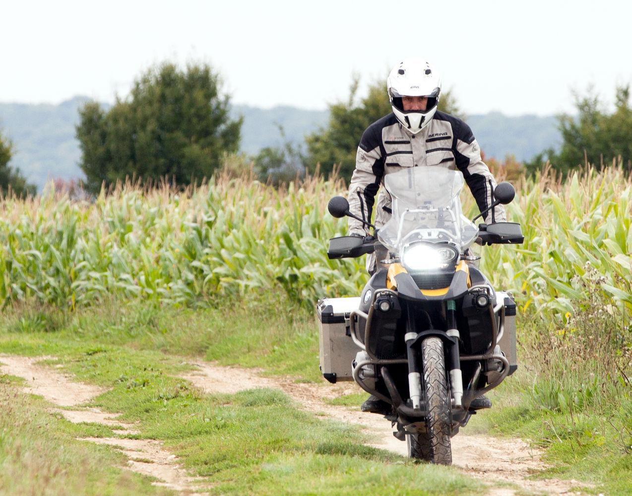 Un motard en balade sur sa moto