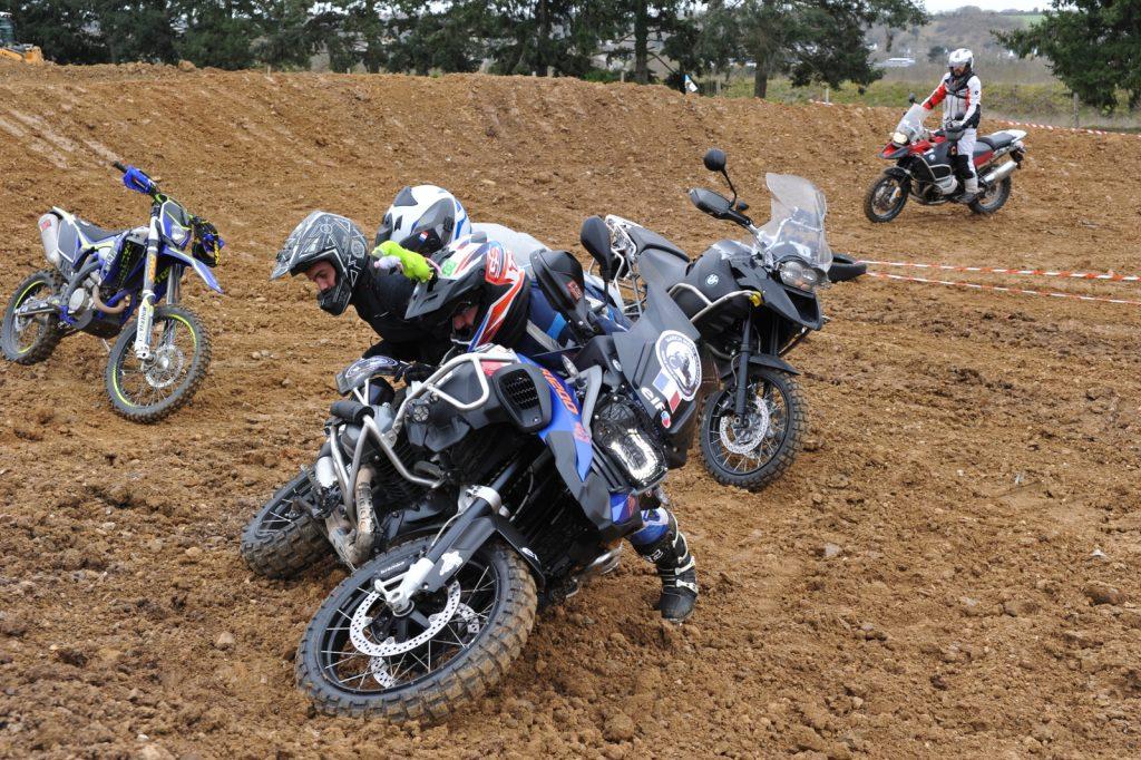 Relever la moto, un travail d'équipe