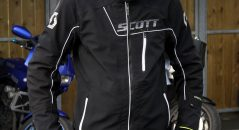 Visuellement, le blouson Scott Distinct 1 Pro GT fait preuve de modernité