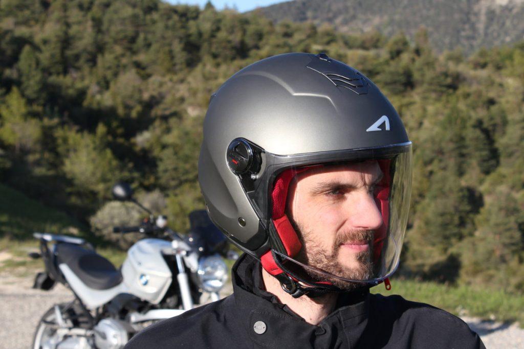L'écran principal protège bien le visage du vent jusqu'à 110 km/h