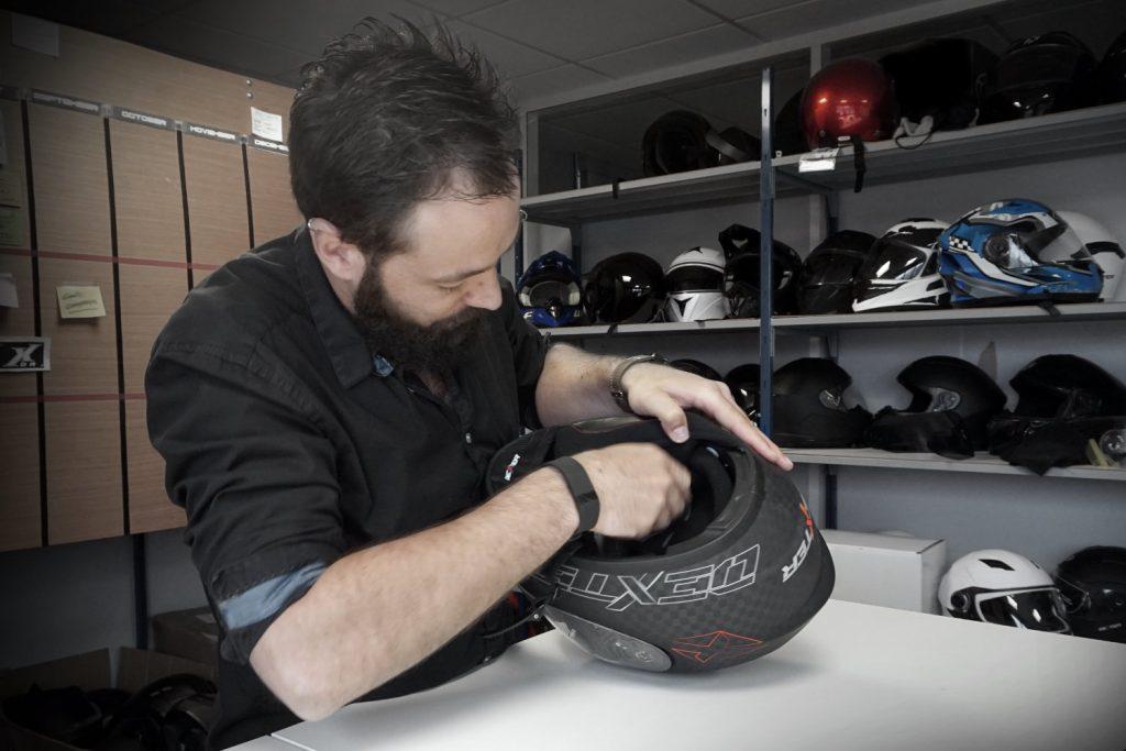 Charles de Prins, chef de produit Dexter, à l'oeuvre sur le prototype d'un casque carbone