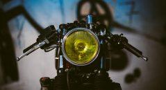 L'optique de phare rond et jaune, clin d'œil aux années 70
