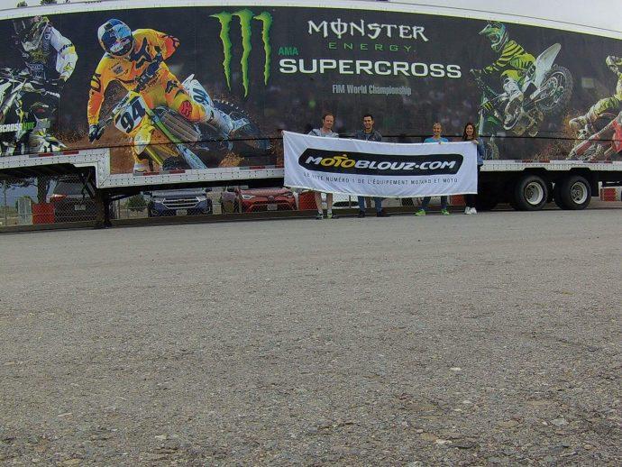 Logo Motoblouz devant le camion Monster à l'entrée du Supercross Américain