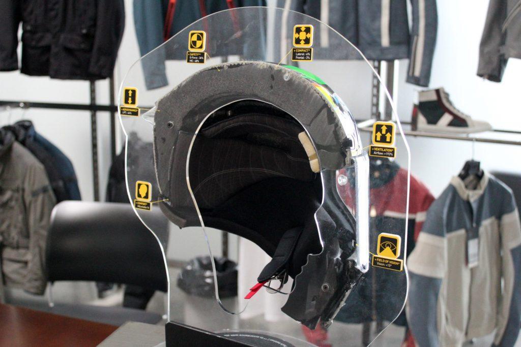 Un AGV Pista GP en coupe. Le modèle de série est identique à celui porté par Rossi en MotoGP.