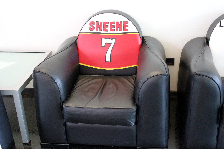 Un fauteuil aux couleurs de Barry Sheene, dans le hall de Dainese Vicenza
