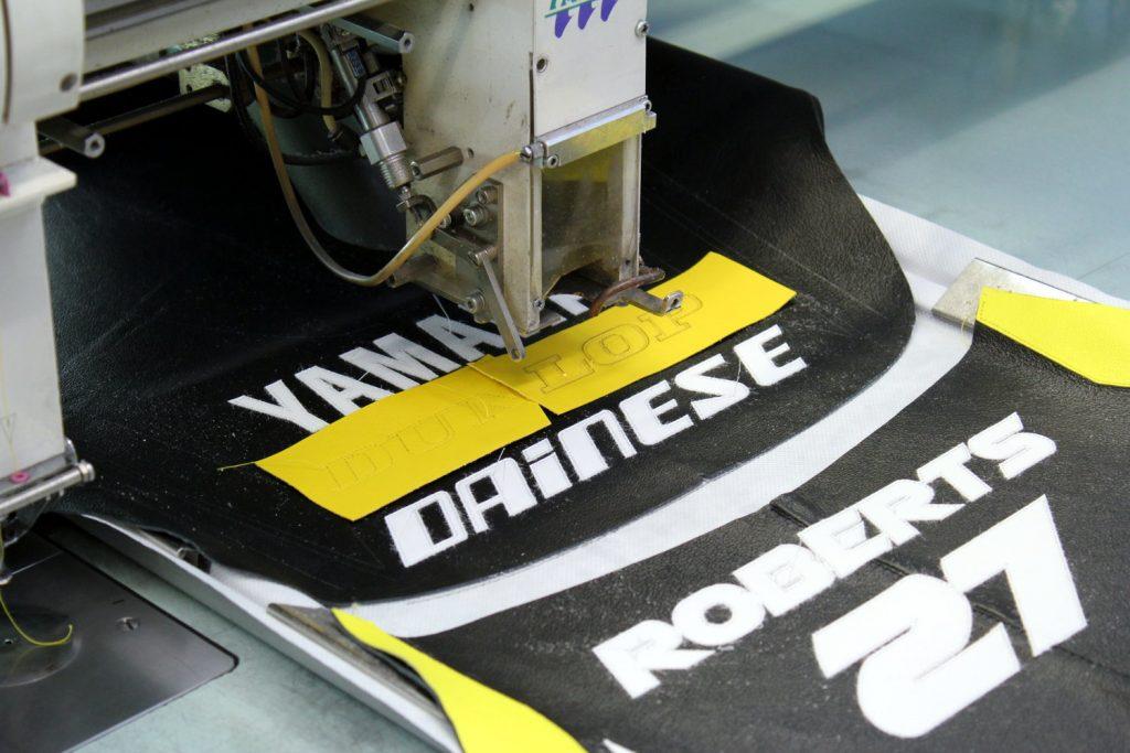 Cette machine très précise coud les lettrages puis les découpe.