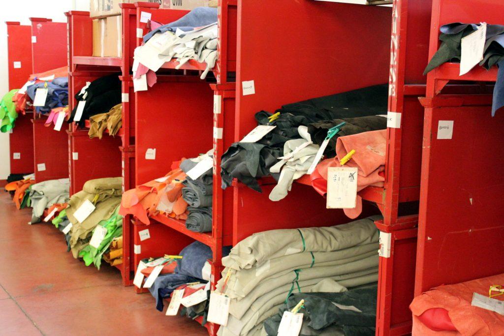 Le magasin de cuir. Toutes les peaux utilisées dans la confection de l'équipement Dainese transitent par ici.