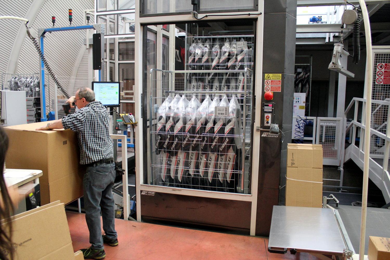 La chaîne apporte automatiquement les cages contenant les produits de la commande au préparateur