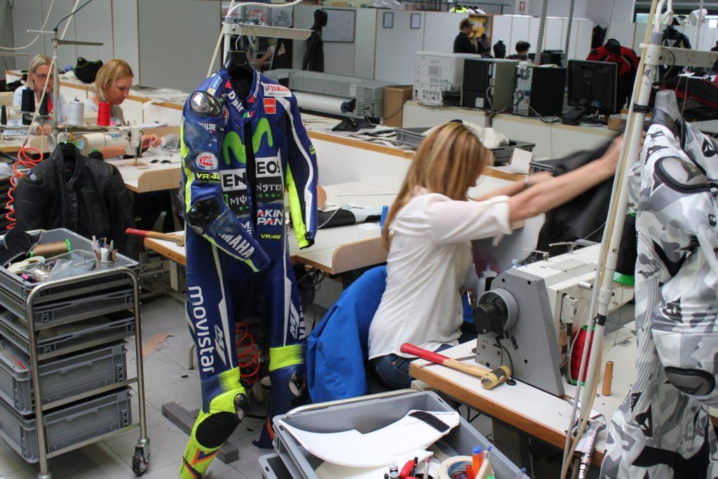 Une combinaison de Valentino Rossi sur le point d'être réparée