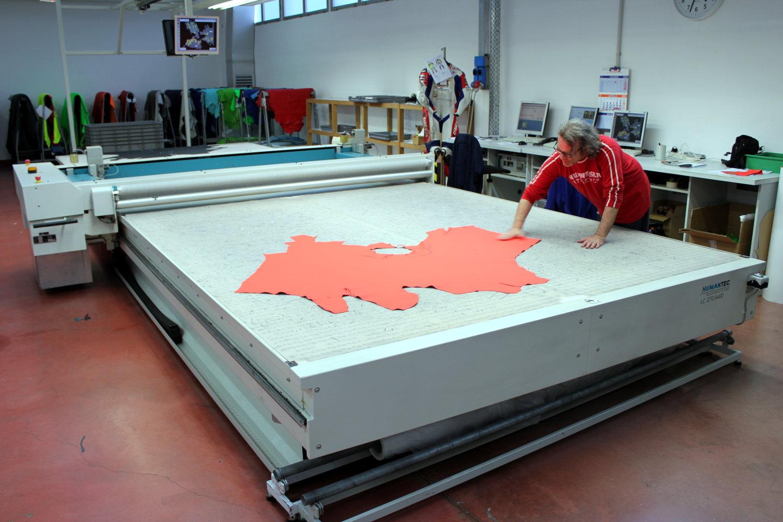 La table de découpe automatique permet de minimiser les chutes de cuir en cherchant la meilleure disposition possible des pièces