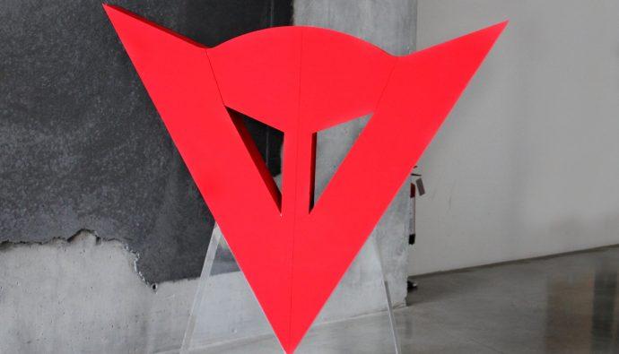 Le logo Dainese représente la tête du démon de la vitesse