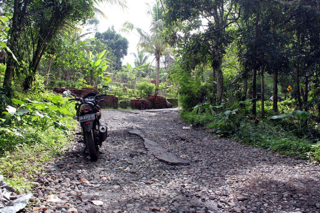 Sur le réseau routier secondaire de Bali, le bitume est parfois en piteux état !