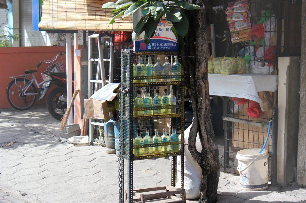 Outre dans les stations service, l'essence est vendue au litre par des commerçants de rue qui la stockent dans des bouteilles de vodka Absolut.