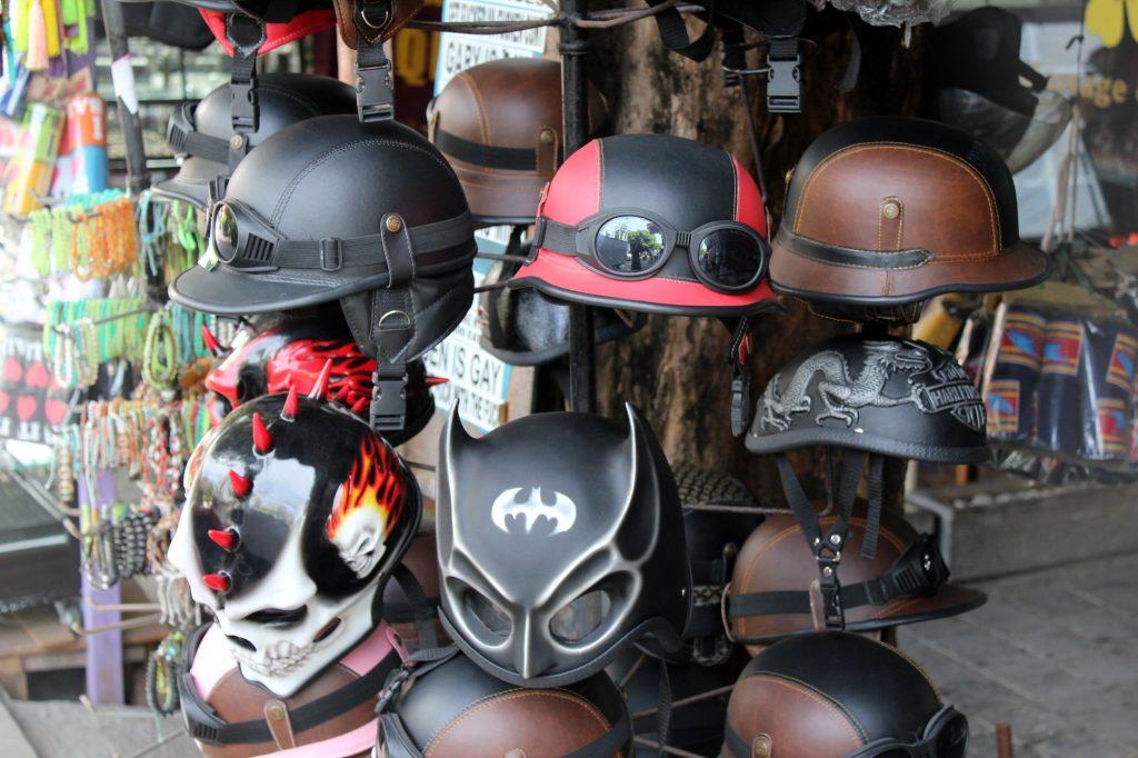 Rien de tel qu'un p'tit casque Batman pour être le roi de la route !
