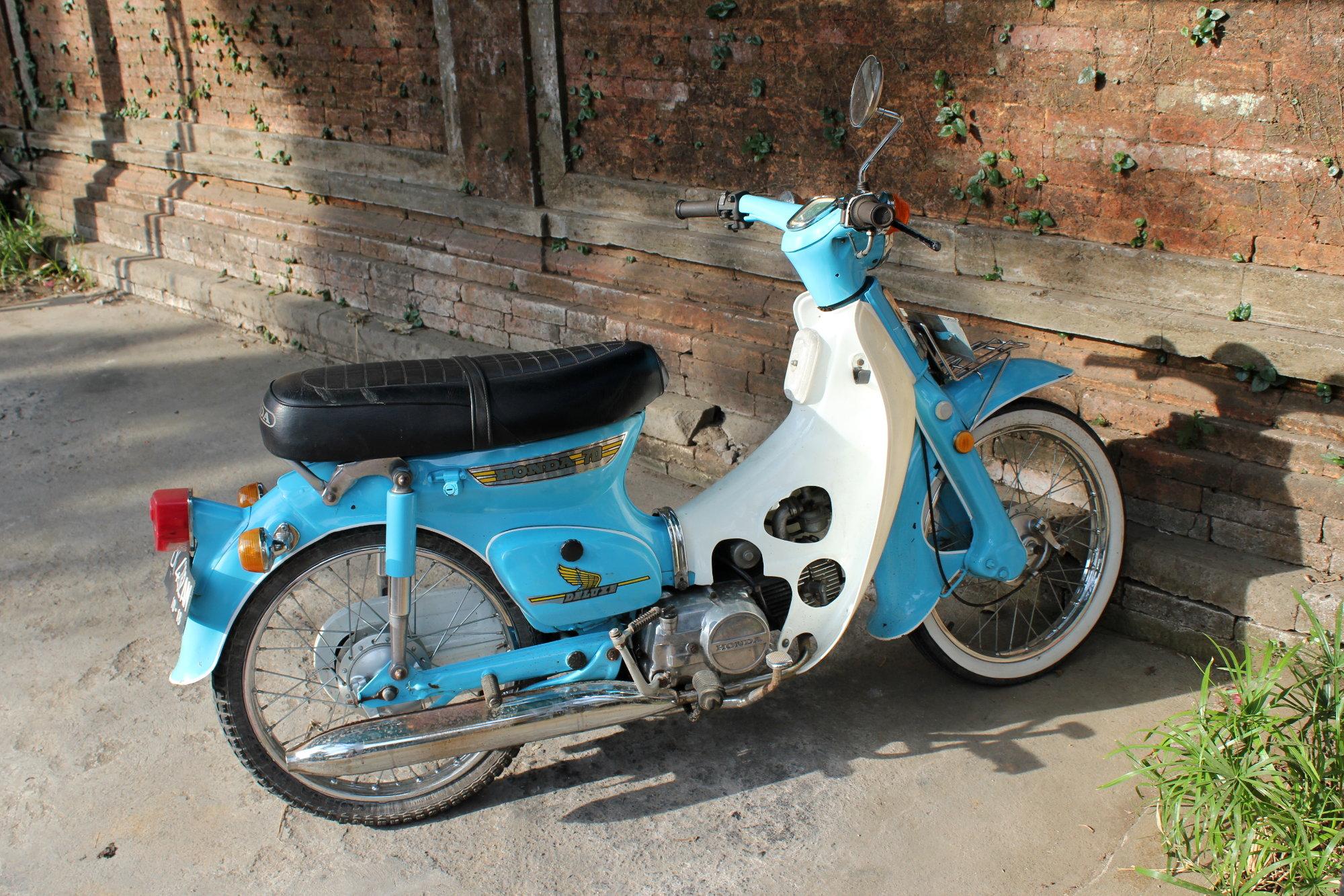 On trouve quelques anciennes entretenues avec soin à Bali, comme ce Honda Super Cub