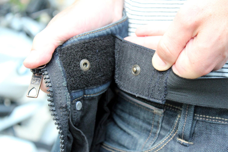 La ceinture élastique velcro à la taille maintient le surpantalon Easy 5 en place le temps que vous fermiez les deux zips