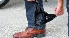 Les deux jambes s'ouvrent de bas en haut, pas besoin de retirer ses chaussures !