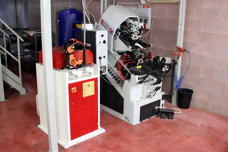 Spidi dispose du matériel pour fabriquer des bottes moto sur mesure pour ses pilotes