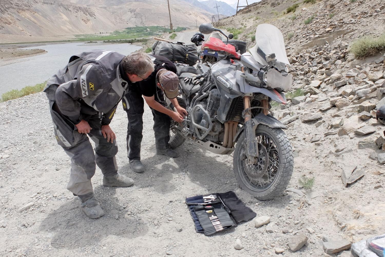 Penser à emporter l'indispensable, c'est s'éviter des galères au bord de la route... Photo de L'aventurier Viking, Tadjikistan