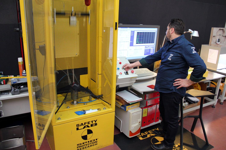 Le banc de test d'impact, dirigé par Pietro Zanetti, responsable R&D Spidi