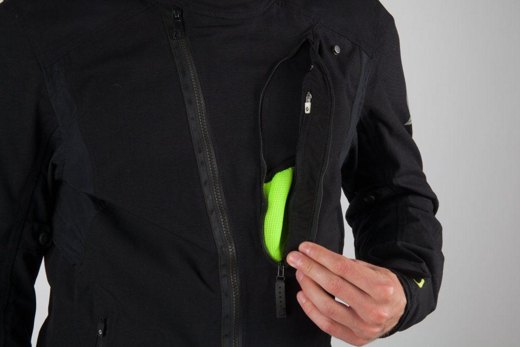 Cette grande poche se montre bien pratique mais… pas étanche !