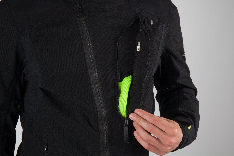 Cette grande poche se montre bien pratique mais... pas étanche !