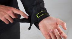 La patte velcro de serrage des poignets